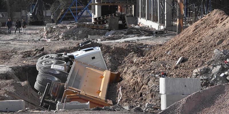 Yurt inşaatında zemin çöktü, kamyon devrildi: 1 yaralı