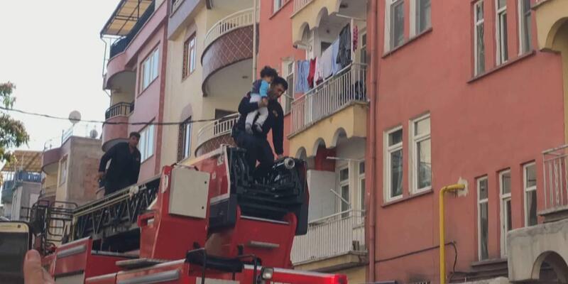 Yangın çıkan evde yalnız bırakılan çocuğu itfaiye kurtardı