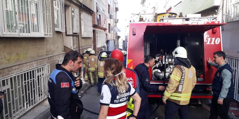 Fatih'te yangın paniği; mahsur kalanlar itfaiye ekiplerince kurtarıldı