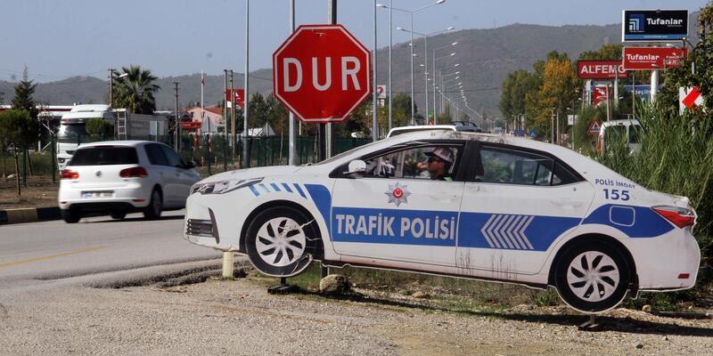 Maket polis aracını soydular