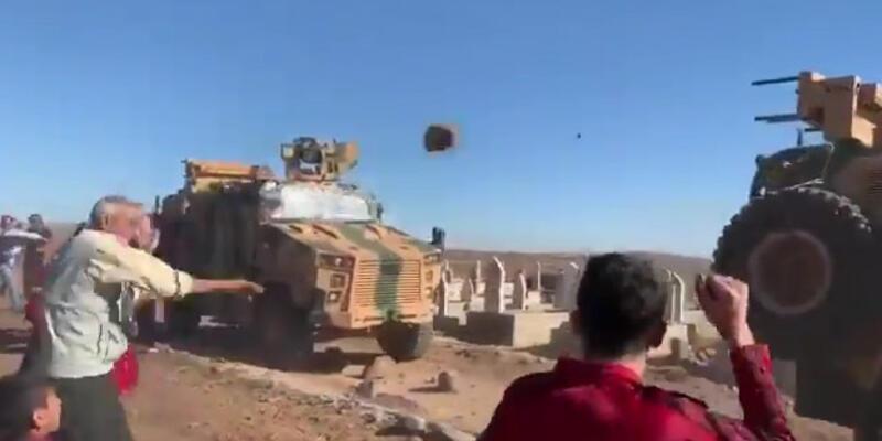 Ortak devriye görevindeki Türk askerinin zırhlı araçlarını taşladılar