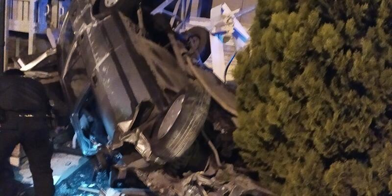 Avcılar'da otomobil restoran bahçesine uçtu: 1'i ağır 2 yaralı