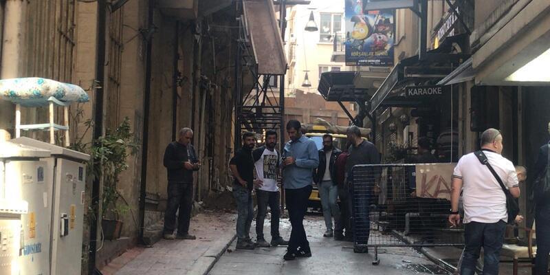 Yıkımına başlanan binanın duvarı çöktü; 1 kişi altında kaldı