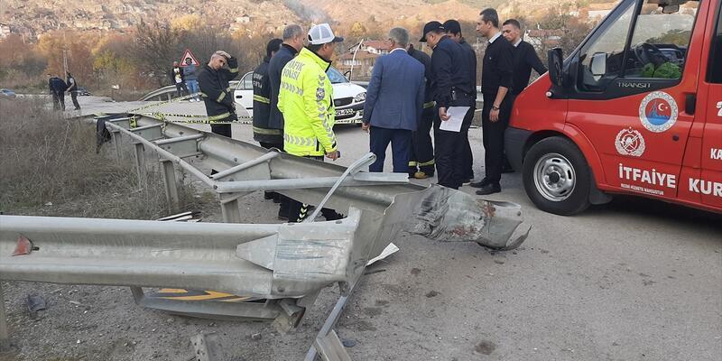 Otomobil bariyere çarptı: 4 ölü, 1 yaralı