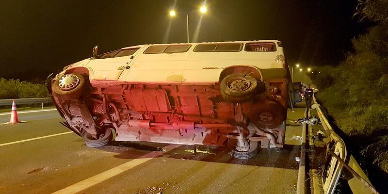 Lastiği patlayan minibüs devrildi