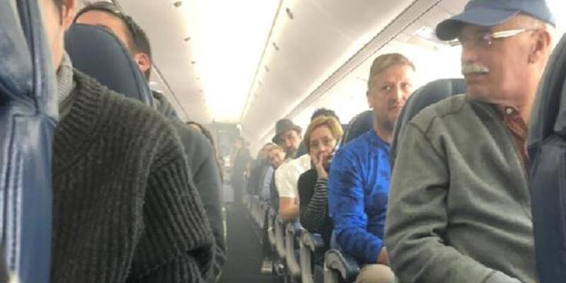 Bir anda tüm uçağı sardı! Yolcular tahliye edildi