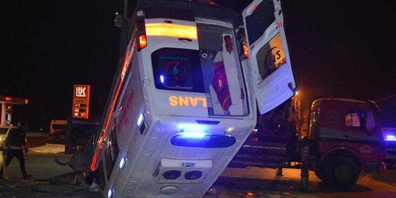 Hasta taşıyan ambulans kaza yaptı! Ölü ve yaralılar var