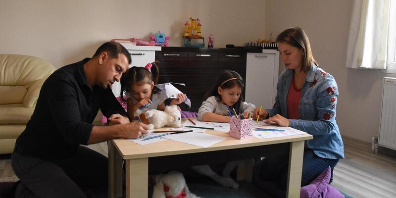 Minik kardeşler Maya ile Lara, 8 dil biliyor