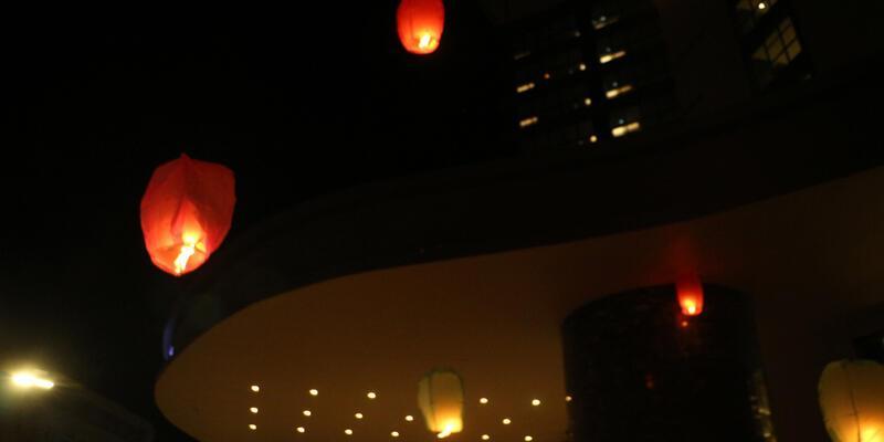 Engelsiz bir dünya için 150 dilek feneri uçurdular