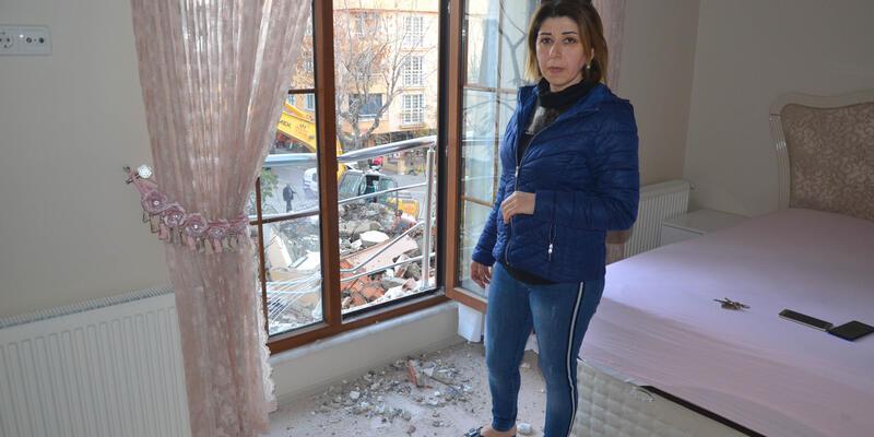 Yıkılan evin molozları yan binaya düştü