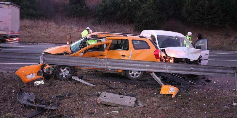 Bolu'da hafif ticari araç taksiyle çarpıştı