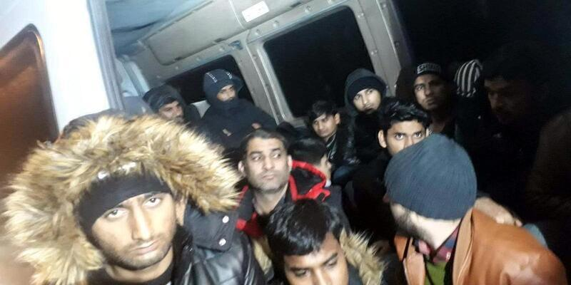 Havasızlıktan boğulmak üzere olan 30 göçmen kurtarıldı