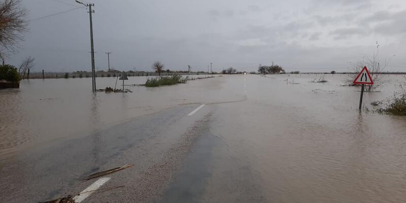 Sel suları karayolunu kapattı