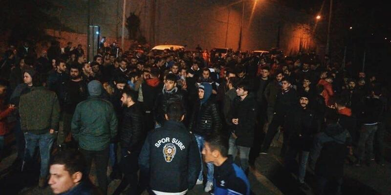 Trabzonspor taraftarı Ünal Karaman için toplandı