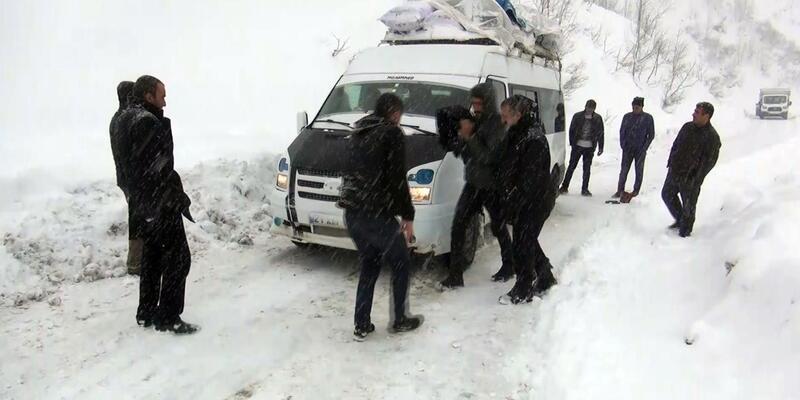 Minibüste 20 kişi mahsur kaldı
