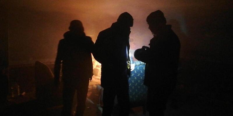 Ateş yakıp alkol alırken mahsur kaldılar! Mahalleli görür görmez itfaiyeyi aradı