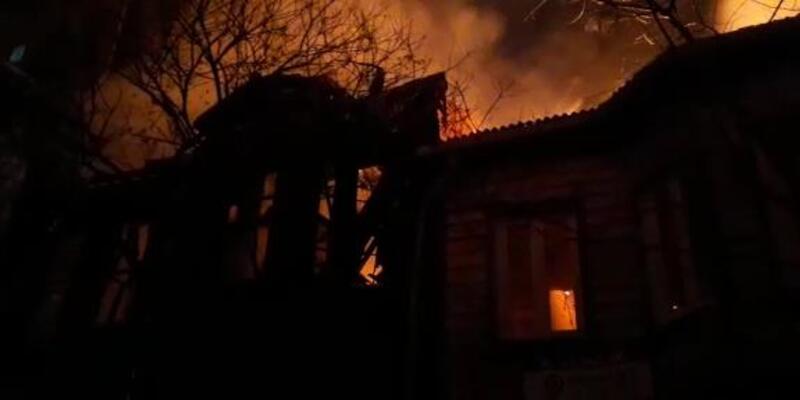 İstanbul'da 2 katlı ahşap binada yangın!