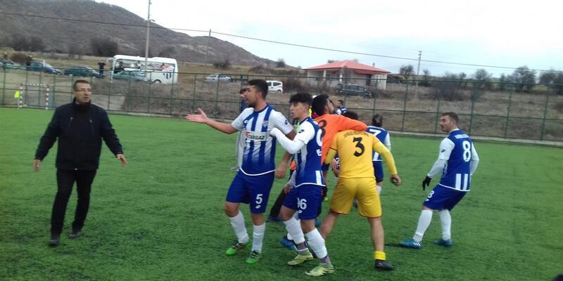 Amatör maçta saha karıştı, polis havaya ateş açtı