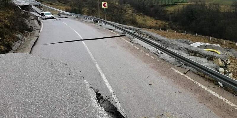 Aşırı yağışlar nedeniyle yol çöktü