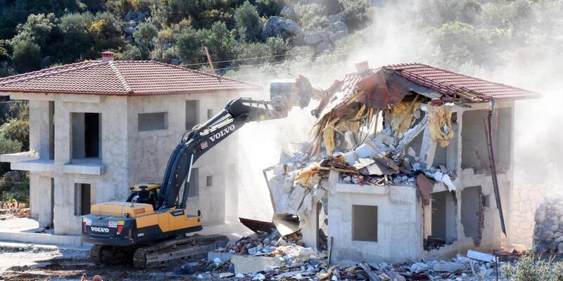 Kaçak 4 villa yıkıldı