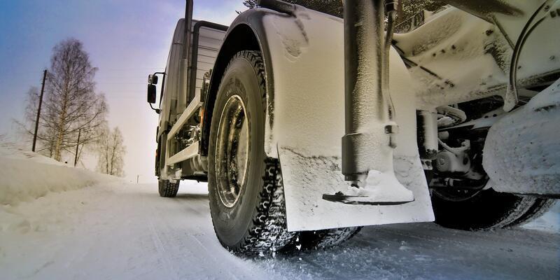 Kamyon lastiklerini kışa hazırladı