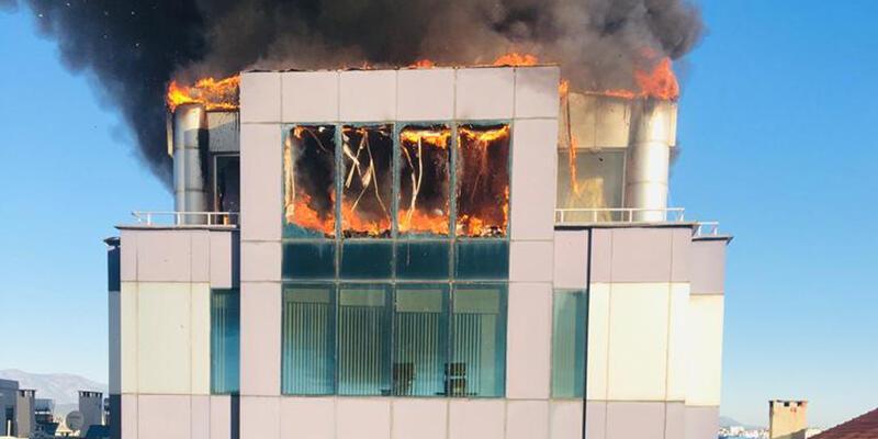 Antalya'da iş merkezinde yangın çıktı