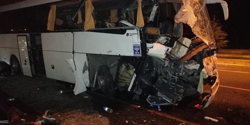 Uşak'ta yolcu otobüsü TIR'a çarptı: 16 yaralı
