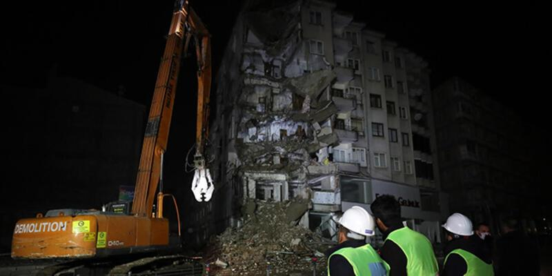 Elazığ'da 5 katlı bina yıkıldı