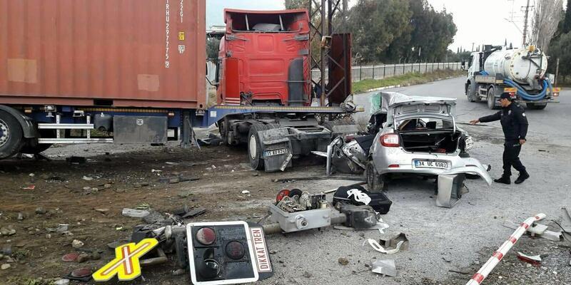 TIR otomobille çarpıştı: 1 ölü, 4 yaralı