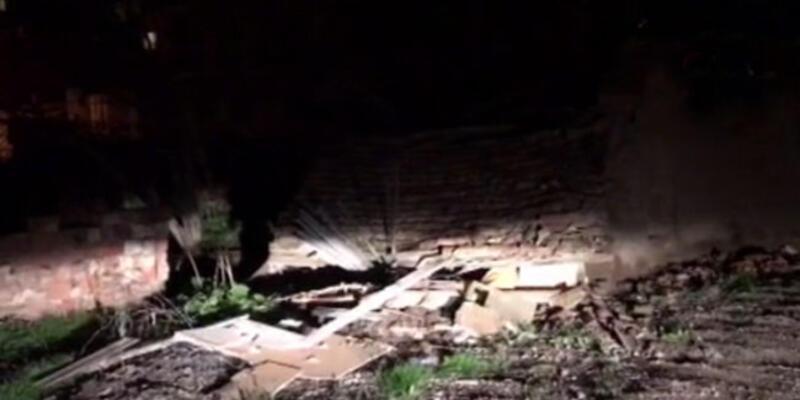 4.8'lik depremde metruk bir bina çöktü
