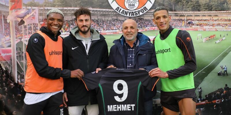 Kestelspor'un centilmen futbolcusuna, Alanyaspor forması hediye edildi