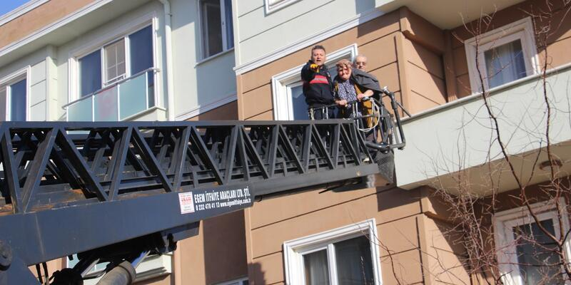 Alevlerin arasından merdivenle kurtarıldılar