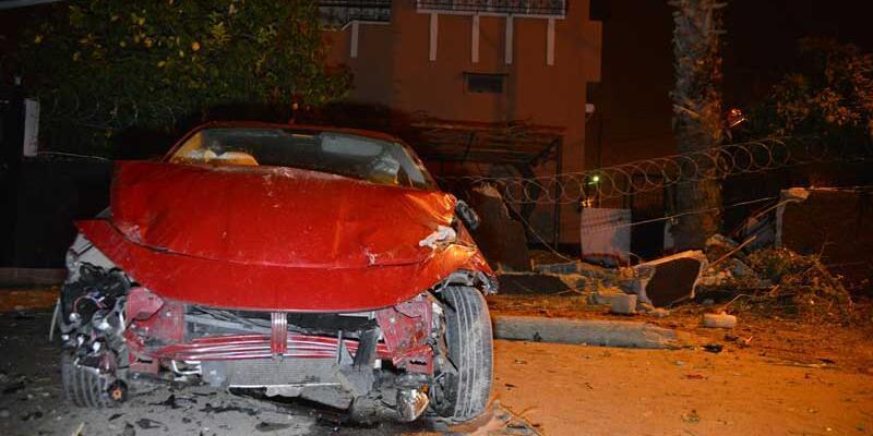 Kontrolden çıkan otomobil evin duvarını yıktı: 4 yaralı