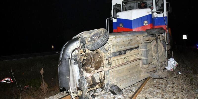 Takla atıp, raylara düşen otomobile tren çarptı; sürücü öldü