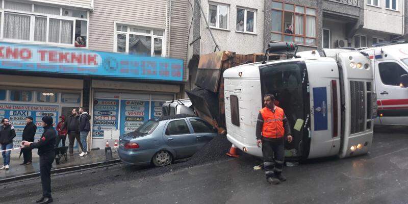 Asfalt yüklü kamyon otomobilin üzerine devrildi