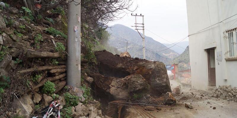Kaya parçaları düşen yol kapandı