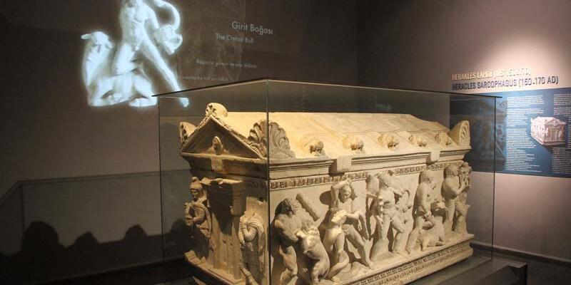 İnşaatın temel kazısında bulunan Herakles lahdi, müzede sergileniyor