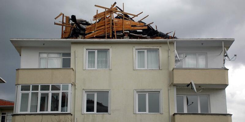 Fırtına Tekirdağ'da çatıları uçurdu