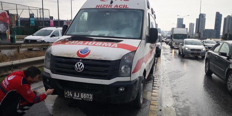 Kartal'da seyir halindeki ambulansta yangın çıktı