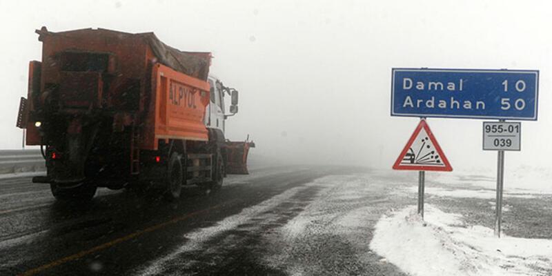 Ardahan ile Kars'ta kar yağışı etkili oluyor