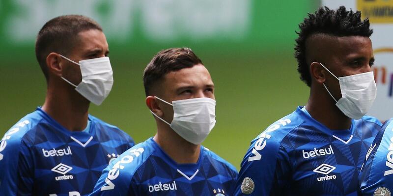 Futbolcular sahaya maskeyle çıktı