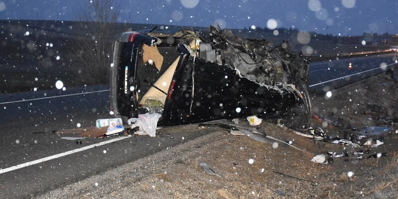 Minibüs, yolcu otobüsüne çarptı: 1 ölü, 1 yaralı
