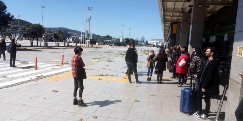 Havalimanın çatısındaki malzemeler uçtu