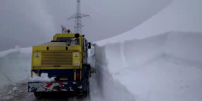 3 metrelik karı temizlemek için mücadele ediyorlar