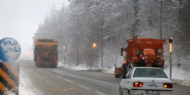 Bolu'da şiddetli kar yağışı sürüyor