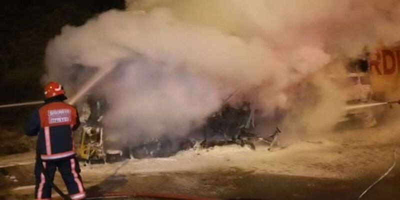 Anadolu Otoyolu'nda tren rayı yüklü TIR'da yangın