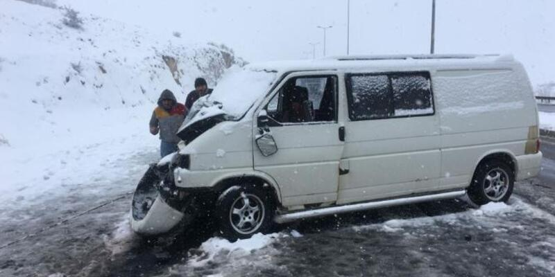 Ticari araç TIR'a çarptı: 3 yaralı