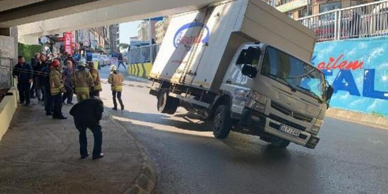 Virajı dönemeyen kamyonet yan yattı
