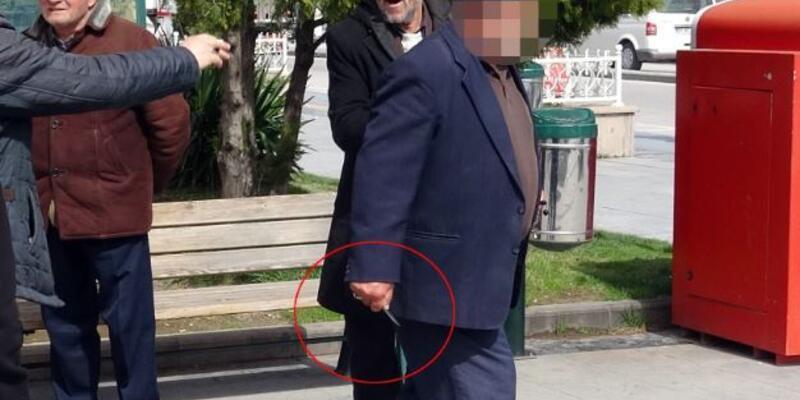 Yaşlı adam habercilere hakaret edip bıçak çekti