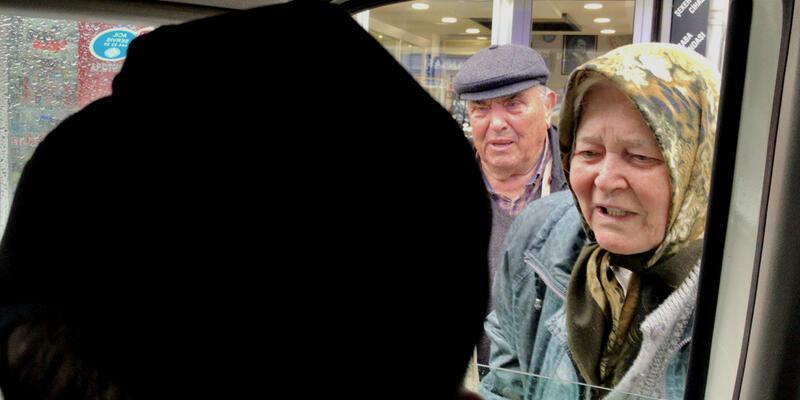 Sokakta gezen yaşlıları polis evine gönderdi